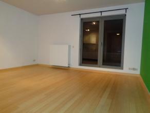 Studio (oppervlakte leefruimte 4,75m x 4,75m) met geïnstalleerde keuken, badkamer met douche en toilet en een ruim terras Z/W gelegen. Alle comfo