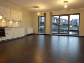 Twee-slaapkamer appartement te huur in Wachtebeke. Het appartement bestaat uit een inkom met afzonderlijk toilet, grote leefruimte met een open ingeri