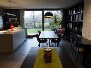 Woonhuis met 3 slaapkamers Architectenwoning met 3 slaapkamers. Deze architectenwoning ligt in het centrum van Lokeren. De woning heeft op de benedenv