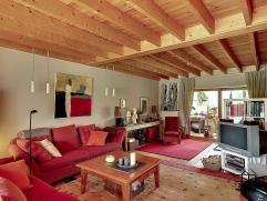 Men betreedt de woning via een aangename inkomhall. De leefruimte is gezellig en geeft uit op veranda en tuin achteraan (veranda nog te renoveren). De