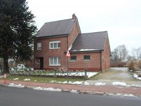 De goed gelegen woning is op het gelijkvloers voorzien van volgende indeling: - ruime leefruimte met extra grote eetplaats en zitplaats - ingerichte k