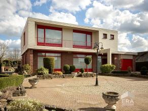 Villa met prachtig aangelegde tuin, ideaal voor vrije beroepen. Gelijkvloers: ruime keuken voorzien van alle comfort, grote woonruimte met gezellige h