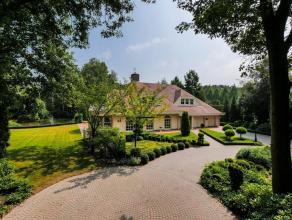Deze luxueuze villa is gelegen in een bosrijke omgeving. In de ruime woonkamer geniet u van veel lichtinval. Een overdekt terras biedt u een spectacul
