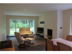 U komt de woning binnen via een uitnodigende ruime inkomhall De leefruimte zelf geeft vooraan uit op het groene uitzicht alsook achteraan via de keuke