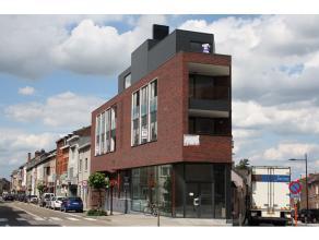 Leuk energiezuinig, nieuwbouw appartement met 2 slaapkamers en tof terras, gelegen op de dakverdieping van een gebouw met lift. De inkomhal geeft toeg
