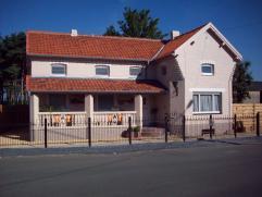 Uniek charmant alleenstaand huisje gelegen te Wachtebeke op 650 m² met groot magazijn en 2 garages met elect. sectionale poorten . Volledig geren