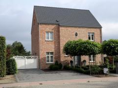 Instapklare pastorijwoning te Beerzel op 25 are! Gebouwd in 2007 met zeer hoogwaardige materialen: trap in eik, parket in zithoek eik handgeschraapt,