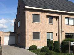 Instapklare 3-gevelwoning / perfect onderhoudenDeze omvat een ruim lichte living met grote schuifraam naar terras en tuin, aansluitend eetkamer en ope
