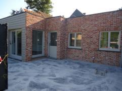 Vernieuwde woning in 2014 en volledig instap klaar. Rustig gelegen ongeveer 1 km van het centrum. Klein beschrijf mogelijk! Twee autostaanplaatsen en