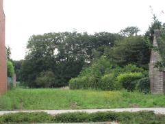 Prachtig gelegen bouwgrond ,nabij centrum, t.o.v. het voetbalveld. Breedte straat ±12 m .Achter : ±9,50m.Diepte : ±55 m. Groene z