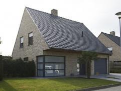 Rustig gelegen alleenstaande woning met zongerichte tuin. Omvattende: Gelijkvloers: Inkom, wc, living (35 m²), keuken (20 m²), koele berging