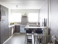 Instapklare woning gelegen in een rustige woonwijk (doodlopende straat). De woning omvat, op het gelijkvloers een ruime inkomhal met apart toilet en b