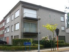 Ruim appartement op de eerste verdieping, met lift. Grote privégarage met elektrische sectionale poort - berging, toilet en binnentuin op gelij