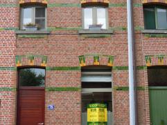 Rijwoning:  Gelijkvloers: Inkom, ruime living (40 m²), geïnstalleerde keuken, badkamer (bad en douche), toilet, berging, kelder - 1ste verdi