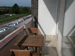 In residentie *Bloemfontein* Gezellig en lichtrijk 2-slaapkamer appartement met zonnig terras (mét zonneluifel), ideaal gelegen te Heverlee. Na