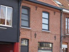 Deze volledig gerenoveerde, energiezuinige (EPC 219kWh/m²) woning met 4 slaapkamers bevindt zich in het centrum van Sint-Kruis. Op nauwelijks enk