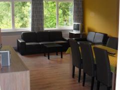 TE HUUR:  Appartement op de eerste verdieping. 87 m² Omvattende:  Living (33m²), hall, keuken, 2 ruime slaapkamers, apart toilet, badkamer,