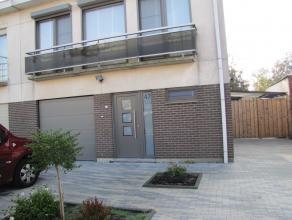 Half open woning in een rustig gelegen straat, maar toch vlakbij het centrum. gelijkvloers: ruime living met open haard 34m² geïnstalleerde