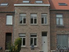 Ruime rijwoning in de Joseph Wautersstraat (Sint-Michiels) op nauwelijks 3 km van Brugge centrum. Het station op ongeveer 1,2 km en op 200 m van de ex