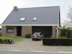 Ruime villa met mooi aangelegde tuin, residentieel gelegen in het centrum van Asse.  Indeling: Kelder.   Gelijkvloers: dubbele garage, inkomhal, toile