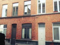 Gerenoveerd huis in zeer gezellige buurt vlak bij de Coupure te Gent. Geschikt voor 4 personen. Met op gelijkvloers: leefkamer, 1ste slaapkamer, nieuw