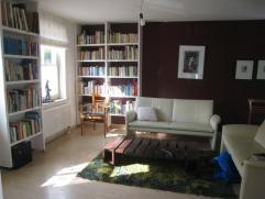 Ruime woning met tuin en garage op een boogscheut van Gent centrum.  Gelijkvloers: ruime inkomhal met ingemaakte kasten, toilet, living en eetruimte (