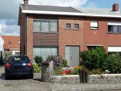 Deze instapklare woning is gelegen vlakbij de N9 tussen Eeklo en Gent in een rustige buurt. De volledige woning werd gerenoveerd volgens de hedendaags