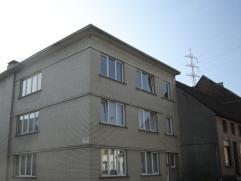 Op 150 m. van het station van EREMBODEGEM: ruim, luchtig, vernieuwd appartement op de 2e verdieping. Living met parket 34 m², 2 slaapkamers van