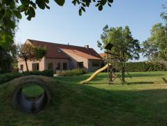 Rustig gelegen landelijke woning met mooie grote tuin met vijver (25 aren) en aanpalende weide (1 hectare; hall, ruime living met voute, ruime keuken,