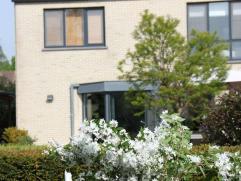 Instapklare, energiezuinige woning te koop. Woning voorzien van alle modern comfort met 3 slaapkamers en een bijzonder aangename zuidgerichte tuin. Ge