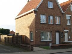 Deze halfopen woning is gelegen te Assebroek en heeft 3 slaapkamers en een ruime, zuidgerichte tuin. KI 609 €