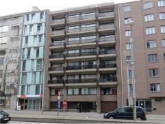 Gunstig gelegen, op wandelafstand van openbaar vervoer en winkels!  Het appartement bestaat uit een inkom met ingebouwde kasten, een ruime  woonkamer