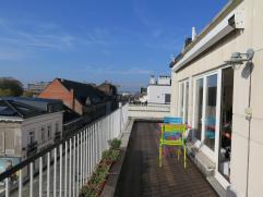 UNIEK ZONOVERGOTEN PENTHOUSE!!  Zonovergoten centraal gelegen dakappartement in hartje Leuven, op 5 min. van station, met groot dakterras, ruime livin