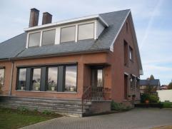 Huis 5 are + extra halfopen bebouwing van 5 are, ideaal als handelspand. Kelder: 110 m/2, gelijkvloers: living keuken wc hal 1 slpkmr badkamer, 1ste v
