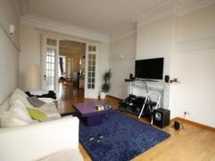 Proche des transports en commun et de toutes commodités, très bel appartement 2 chambres 115 m² sis dans un immeuble de caractère composé d'une cuisin