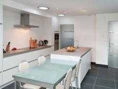 Recent grondig vernieuwde rijwoning 2010, gelegen in een rustige woonwijk nabij het UZ.  - Ruime open keuken en living (40m²) met veel daglicht, ruime