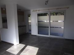 Appartement de 2013 de 71m² . Living , cuisine équipée (frigo , four combiné , lave vaisselle , hotte & plaque vitro) 2 chambres , salle de bain avec