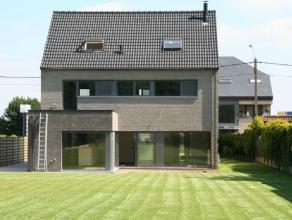 Recente villa voorzien van alle moderne comfort en grote ZZW gerichte tuin. Zeer goede verbinding naar Brussel (zowel via A12 als via E19) en naar Ant