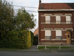 Deze ruime koppelwoning is heel rustig gelegen op de hoek van de Kraaistraat en de Wullaertstraat, vlakbij het centrum van Wakken. De woning is west-o