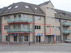 Modern appartement op de 1ste verdieping, met lift!. 100 m² netto oppervlakte + kelder van 8 m². Mooi uitzicht op het dorpsplein. Indeling: Inkomhal m