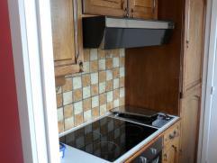 Living - Keuken met vitrokeramische kookplaat en ingebouwde frietketel - Overal ligt parket - 2 slaapkamers (1 grote kamer en 1 kleine kamer) - badkam