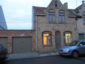 De woning omvat een woonkamer (16m²) - eetplaats (11m²) - keuken (11m²) - bureel (10m²) - 3 slaapkamers van 12m² - badkamer - berging - kelder - koer