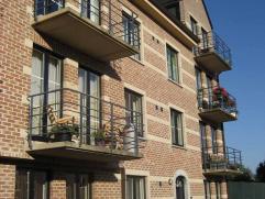 Prachtig appartement met terras, 2 slaapkamers, inkomhal, living, ingerichte keuken (elektrische kookplaten, dampkap, oven, frigo), badkamer (2 lavabo