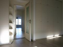 Licht,stil en goedgelegen appartement op de 5e en bovenste verdieping. Mooi uitzicht over de Antwerpse skyline en nabijheid van verschillende uitvalsw