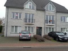 Mooi duplex appartement met op eerste verdiep inkomhal met apart toilet, grote lichtrijke woonkamer met grote ramen, ingerichte keuken met groot zonne