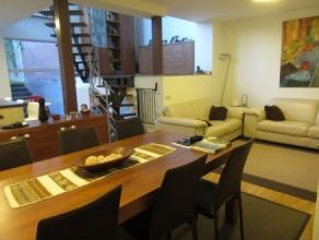 Un lumineux appartement de 180m² avec 3 chambres composé au rez-de-chaussée: une cuisine américaine super équipée, une salle de bain, une grande chamb