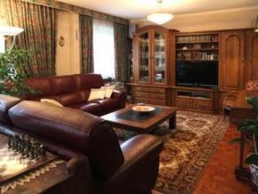 Vaste appartement 2 chambres de 117 m² (pouvant être très facilement et sans gros frais aménagé en 3 chambres) comprenant un hall d'entrée avec placa