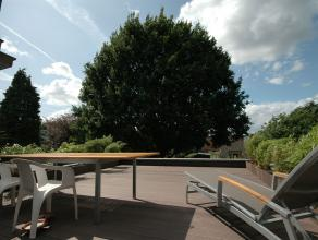 Gezellig appartement met veel daglicht, en groot terras (ZW) met zicht op grote eikenboom; Laag energieverbruik; Centrale, hoewel toch rustige ligging