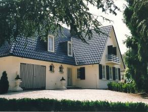 Verkoop door eigenaar:  Sfeervol en gezellig herenhuis met grote eigen tuin, ruime garage en zolder.  Op slechts 25 minuten van Nederland en tegen bet