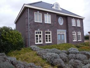 Zeer ruime en energiezuinig herenhuis met buitenzwembad gelegen in Overpelt centrum!  Het huis is luxueus ingericht en voorzien van moderne voorzienin